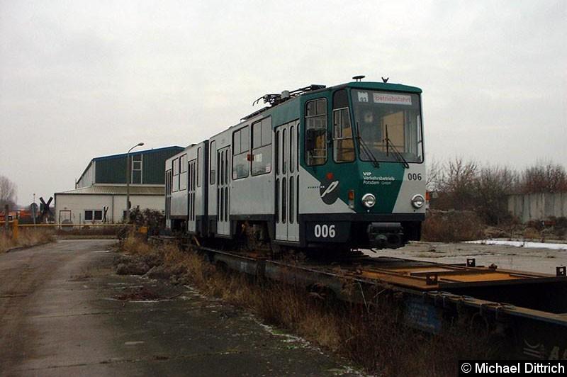 Bild: Hier noch einmal 006 auf einem Güterwagen vor seinem Abtransport.