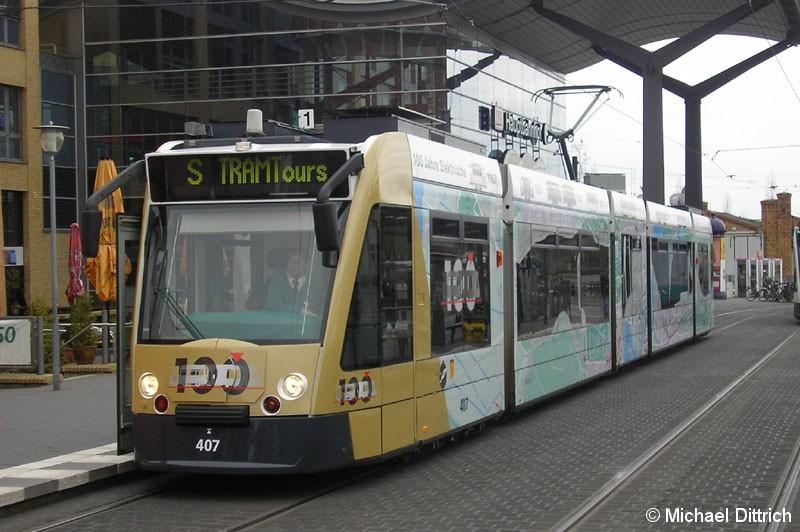 Bild: Combino 407 am Hauptbahnhof neben dem Wasserturm.