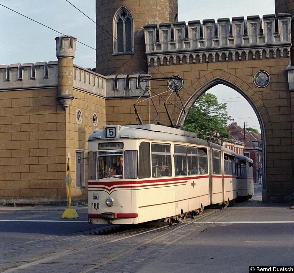 Diesmal fährt Tw 180 mit seinem Beiwagen nordwärts durch das Nauener Tor.