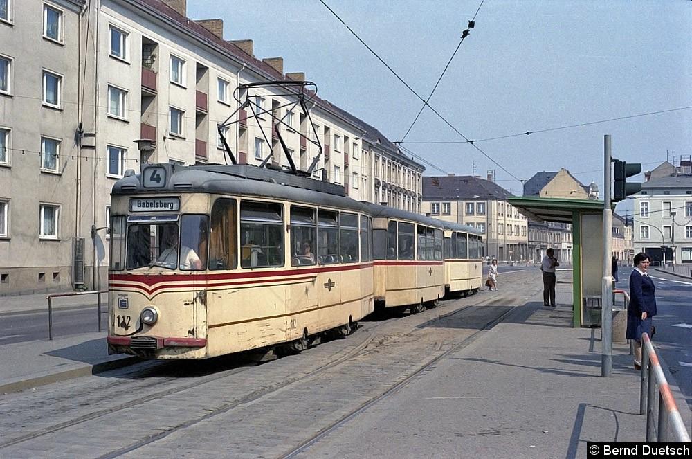 Auf der Fahrt nach Babelsberg hat Tw 112 mit seinen zwei Beiwagen im Zentrum am Platz der Einheit neue Fahrgäste aufgenommen.