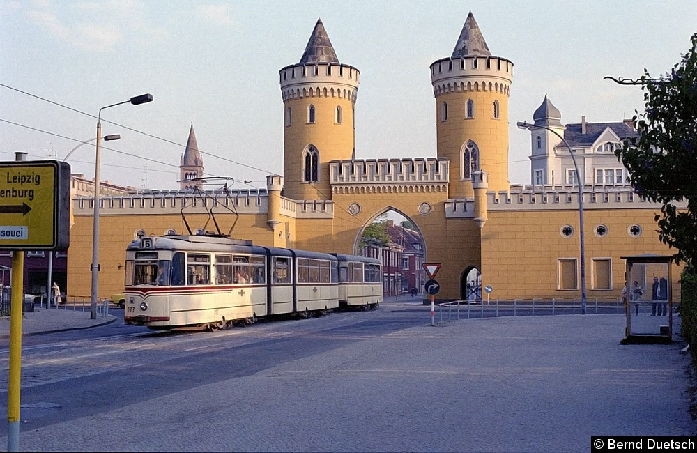 Ein immer wieder begehrtes Fotoobjekt ist die Durchfahrt der Straßenbahn durch das Nauener Tor. Hier fährt Tw 177 mit seinem Beiwagen nordwärts zum Kapellenberg. Durch die Tordurchfahrt kann man die ersten Häuser des