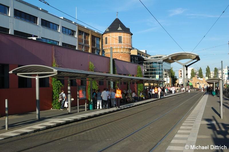 Bild: Fahrgastbetreuer und Fahrgäste warten am Hauptbahnhof auf den nächsten Zug. Um 19:30 Uhr warteten nur noch die Fahrgäste.