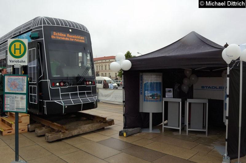 Bild: Auf dem Stadtwerkefest 2011 wurde die Variobahn 421 neben dem Stand der Firma Stadler Pankow GmbH ausgestellt.