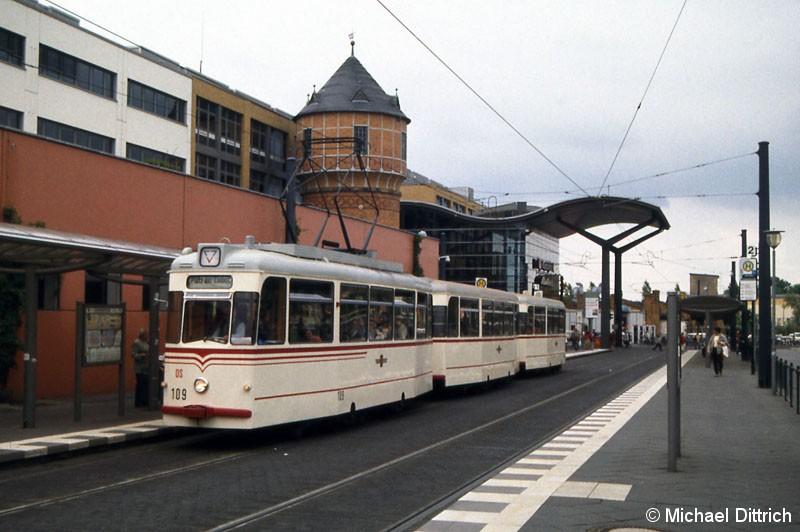 Bild: 109 mit seinen beiden Beiwagen am Hauptbahnhof.