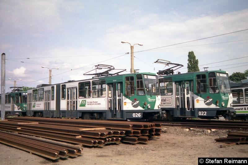 Bild: 026 steht vor dem 022 auf dem Betriebshof Heinrich-Mann-Allee.