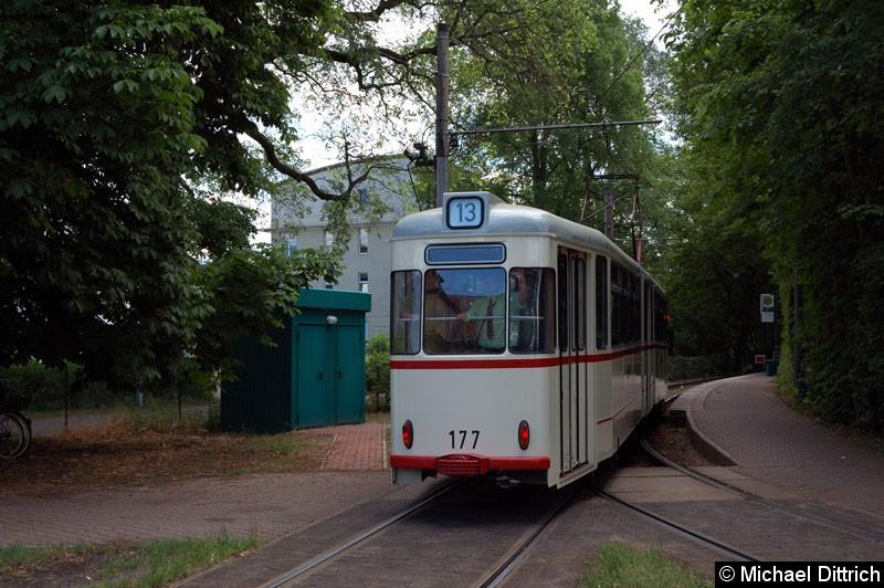 Bild: 177 als Linie 13 beim Verlassen der Ankunftshaltestelle Glienicker Brücke.