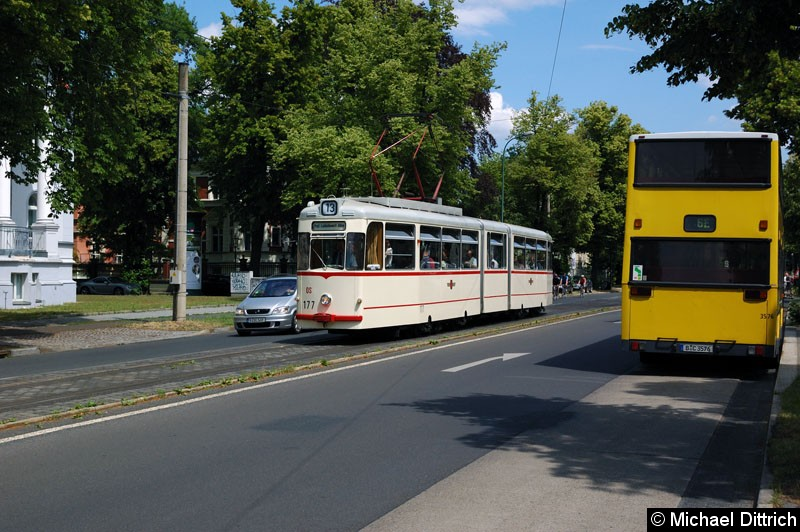 Bild: 177 als Linie 13 in der Berliner Straße/Menzelstraße. Rechts im Bild sieht man den Wagen 3576 (D87).