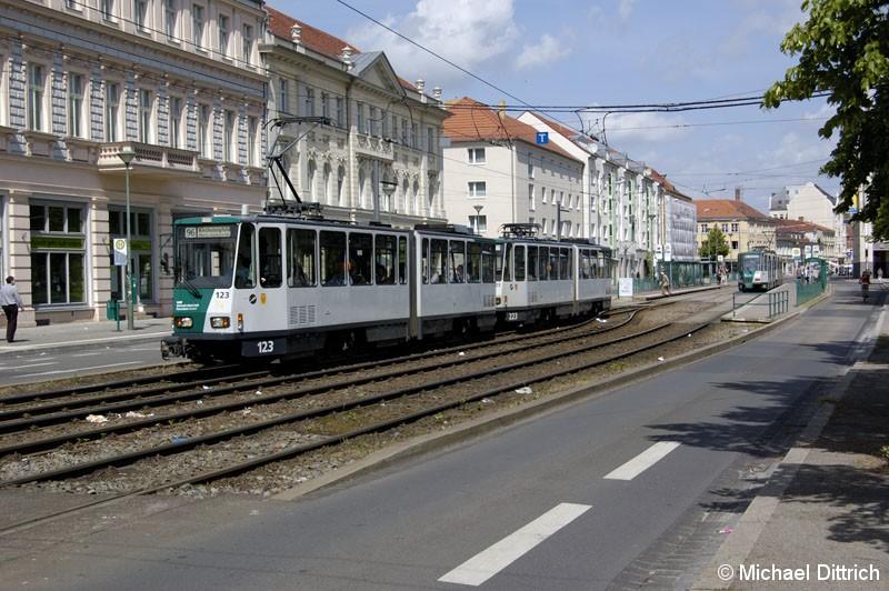 Bild: 123 und 223 als Linie 96 am Platz der Einheit.