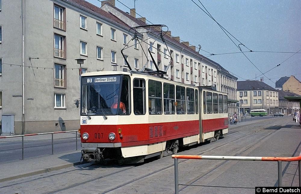 Bevor Tw 007 weiter Richtung Berliner Straße fährt, findet am Platz der Einheit ein Fahrgastwechsel statt.