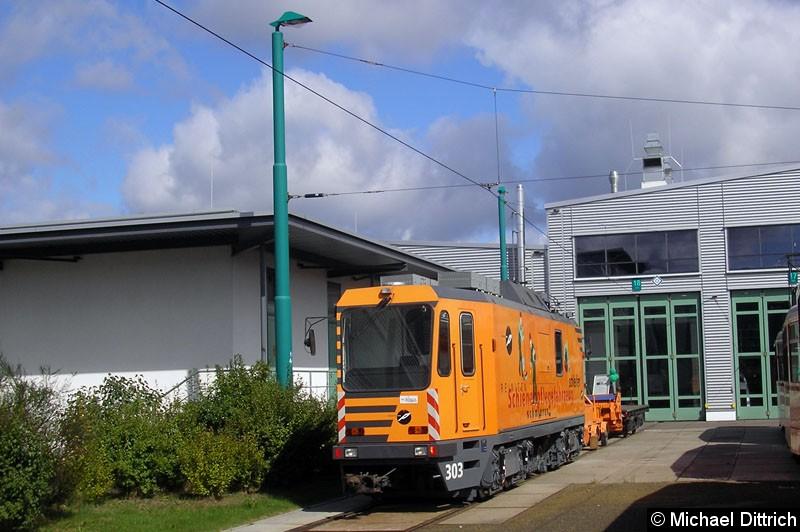 Bild: 303 ist ein Schienenschleifwagen. Hier ist er bei einem Tag der offenen Tür auf dem Betriebshof der ViP zu sehen.