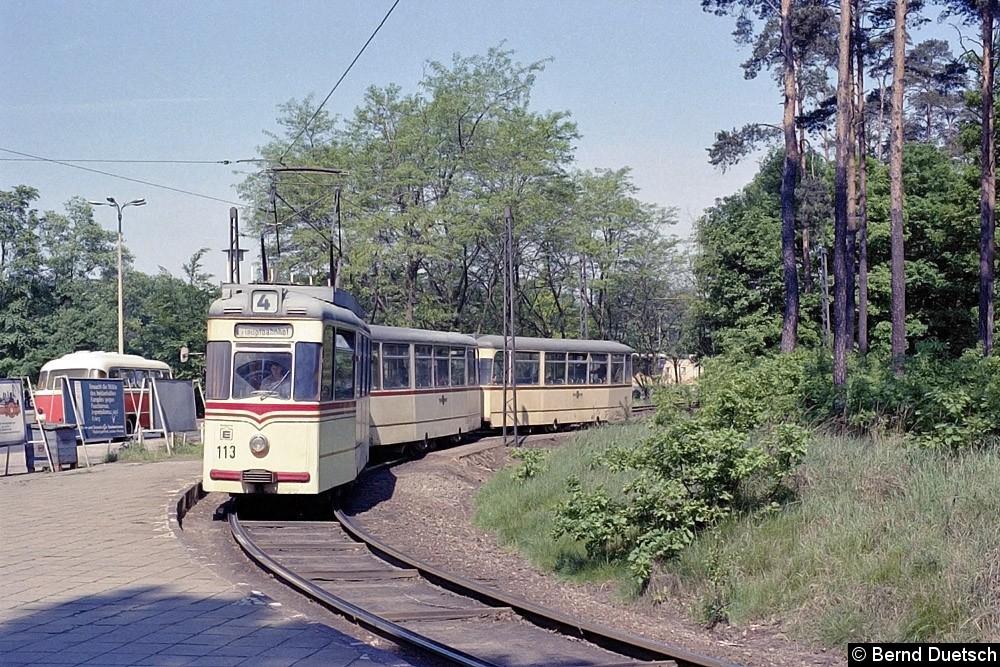 Noch einmal der Blick auf die Schleife am Hauptbahnhof, diesmal mit Tw 113 und zwei Beiwagen. Links im Bild wartet offensichtlich ein Anschlussbus.