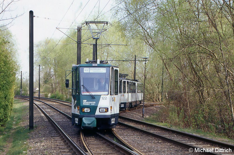 Bild: 122 und 222 als Linie 90E beim Verlassen der Wendeschleife Bisamkiez.
