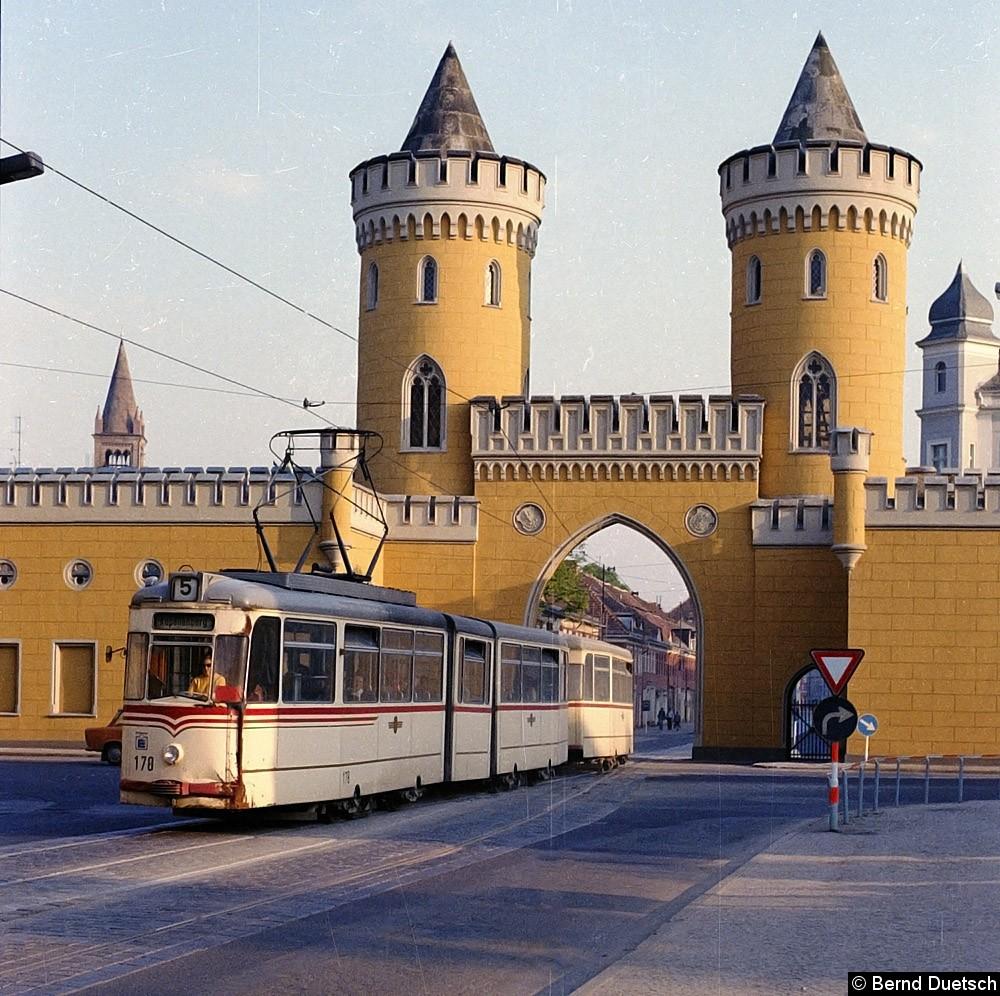 Auch Tw 178 durchfährt mit seinem Beiwagen das Nauener Tor, die Fahrt führt ebenfalls nach Norden.