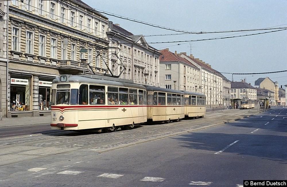 Tw 157 hat mit seinen beiden Beiwagen die Haltestelle am Platz der Einheit verlassen und strebt seinem Ziel am Bahnhof Rehbrücke entgegen.