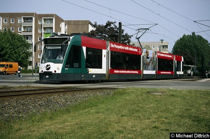 411 als Linie 96 beim Verlassen der Haltestelle Magnus-Zeller-Platz.
