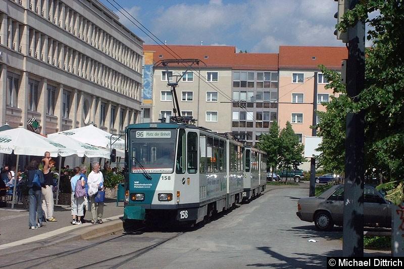 Bild: 158 und 258 als Linie 96 am Platz der Einheit/Nord. Der Zug steht da anlässlich des Verstärkerverkehrs zum Stadtwerkefest 2002.