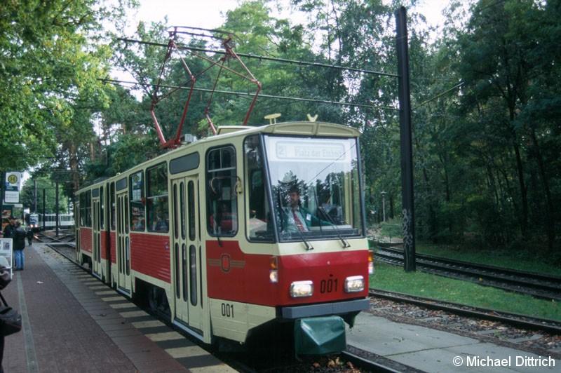 Bild: 001 verkehrte anlässlich 70 Jahre Strecke zum Bahnhof Rehbrücke. Hier steht er in der Haltestelle am Bahnhof Rehbrücke.