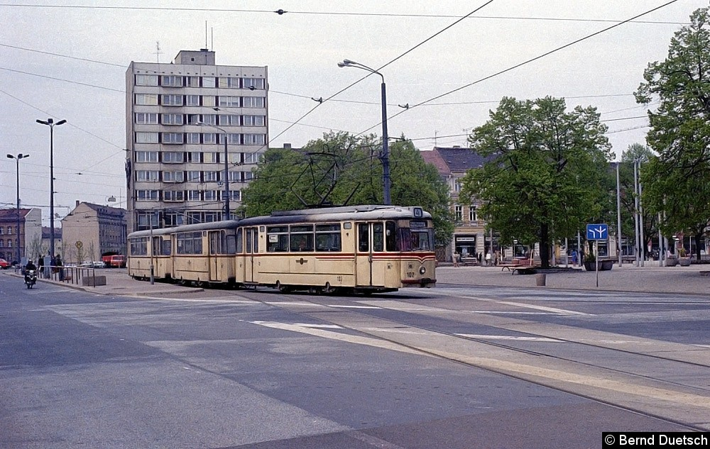 Der gleiche Zug, wie auf dem zuvor, ist vom Hauptbahnhof zurückgekommen und wendet in der Schleife am Platz der Einheit.  Eigentlich hätte er nach Babelsberg weiterfahren müssen.