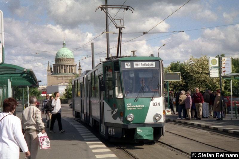 Bild: 024 als Linie 93 an der Haltestelle