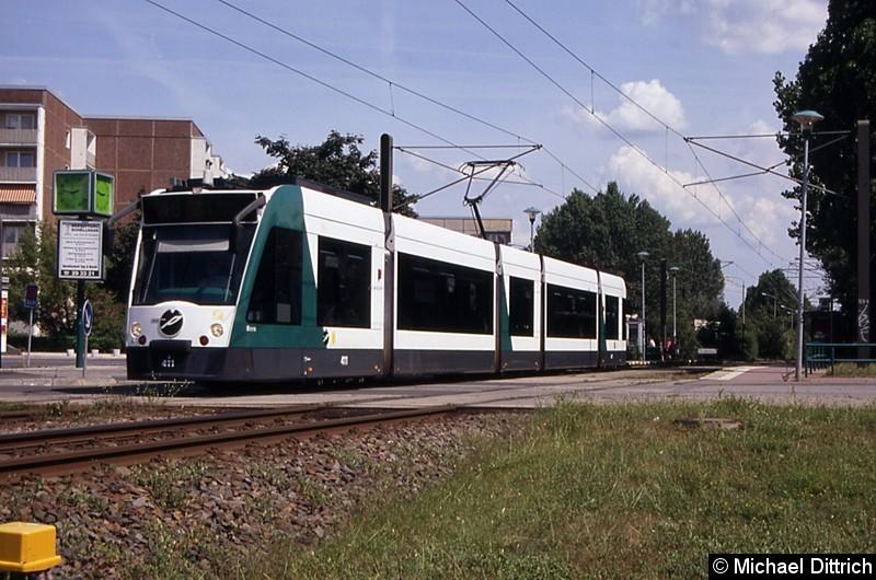 411 als Linie X98 beim Verlassen der Haltestelle Magnus-Zeller-Platz.