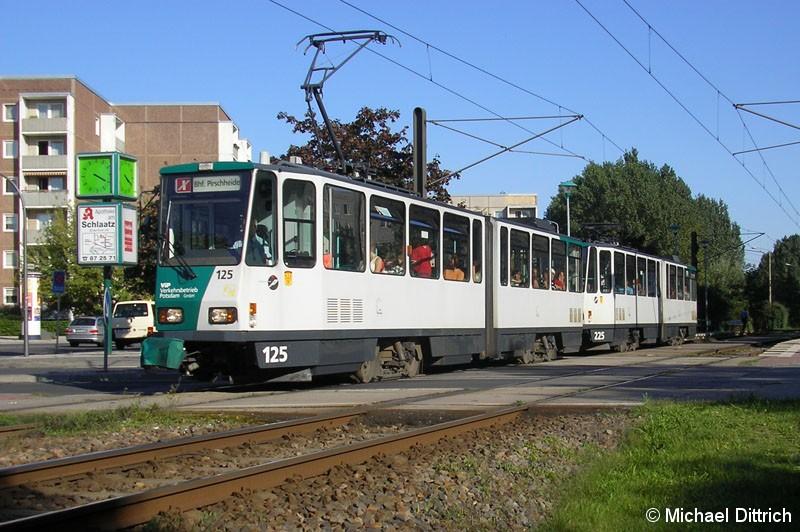 Bild: 125 und 225 als Linie X98 beim Verlassen der Haltestelle Magnus-Zeller-Platz.