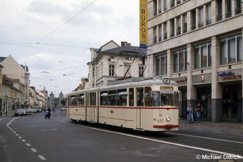 Bild: 177 als Linie 4E erreicht den Platz den Einheit.