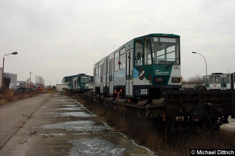 Bild: 202 ist der zweite Wagen des 102. Auch er verlässt Potsdam auf dem Schienenwege.