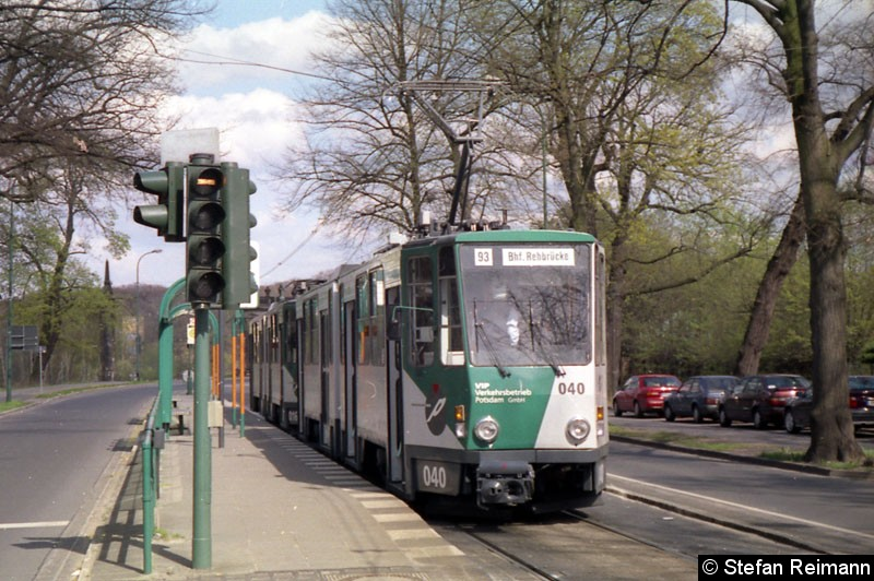 Bild: 040 + 016 steht in der Abfahrthaltestelle an der Glienicker Brücke.