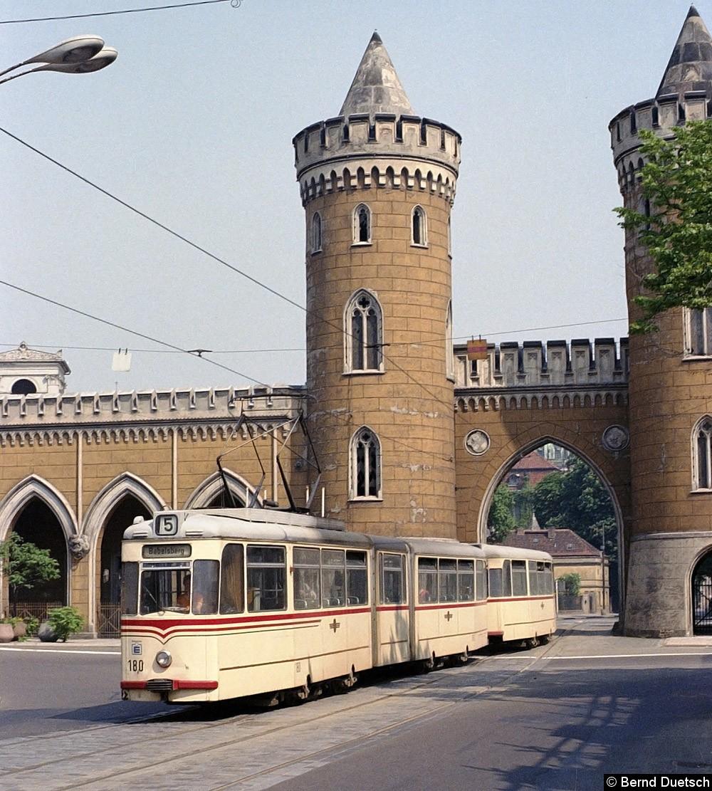 Tw 180 mit Beiwagen bei der Fahrt durch das Nauener Tor, diesmal geht die Fahrt Richtung Süden.