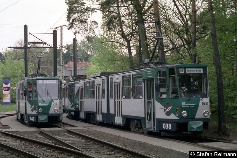 Bild: 038 + 042 steht neben 040 in der Wendschleife am Bahnhof Rehbrücke.