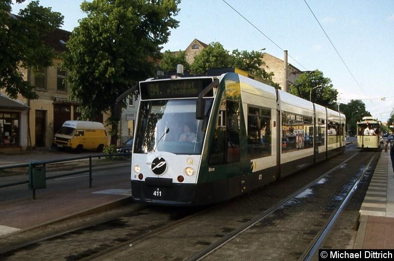 411 als Linie 94 an der Haltestelle Holzmarktstr. Rechts im Hintergrund der Pferdestraßenbahnwagen anlässlich des 125. Jahrestages der Potsdamer Straßenbahn