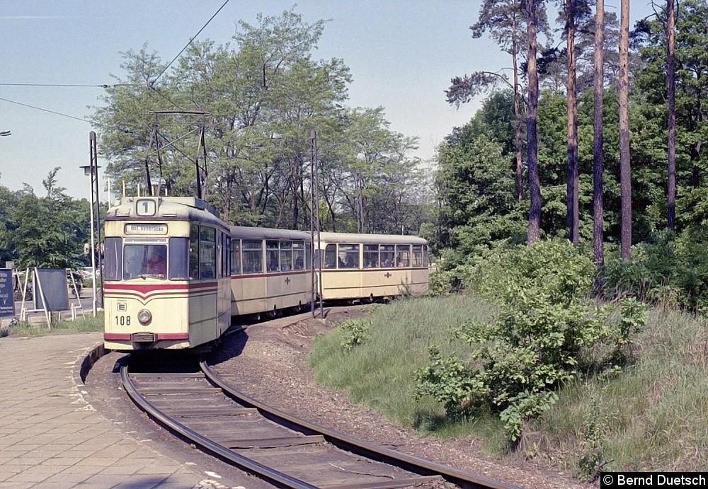Ein Dreiwagenzug mit Tw 108 in der Schleife am Potsdamer Hauptbahnhof (heute Bf. Pirschheide).