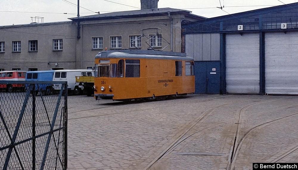 Gotha-Arbeitstriebwagen 304 vor der Fahrzeughalle des Betriebshofes an der Holzmarktstraße.