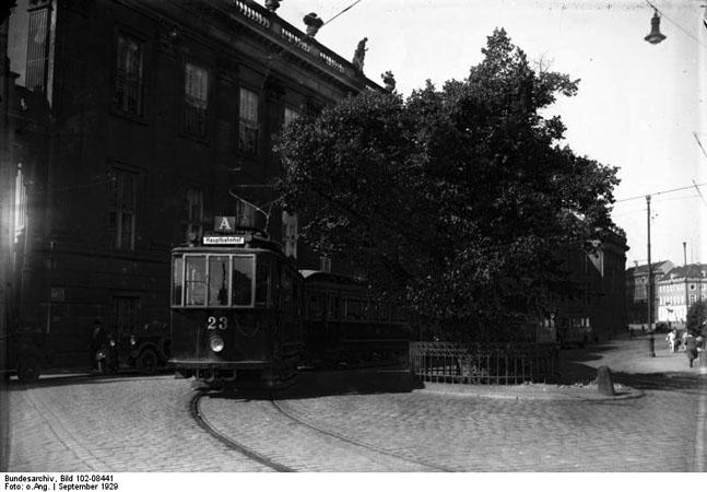 Bild: Wagen 23 an der Bittschriften-Linde, Aufgenommen ca. 1929