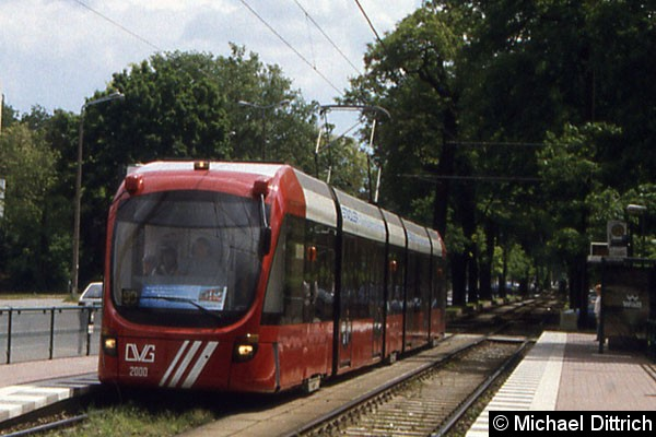 Bild: Die Variobahn aus Duisburg an der Haltestelle Sportforum