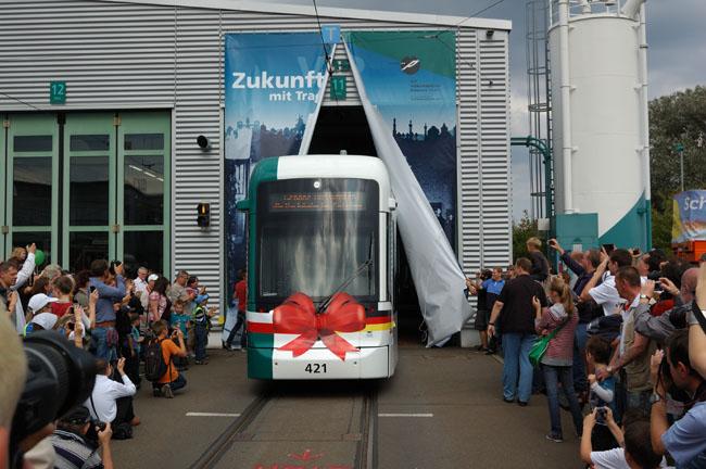 """Bild: """"Roll-Out"""" der Variobahn auf dem Betriebshof der ViP. Aufgenommen am 17. September 2011"""